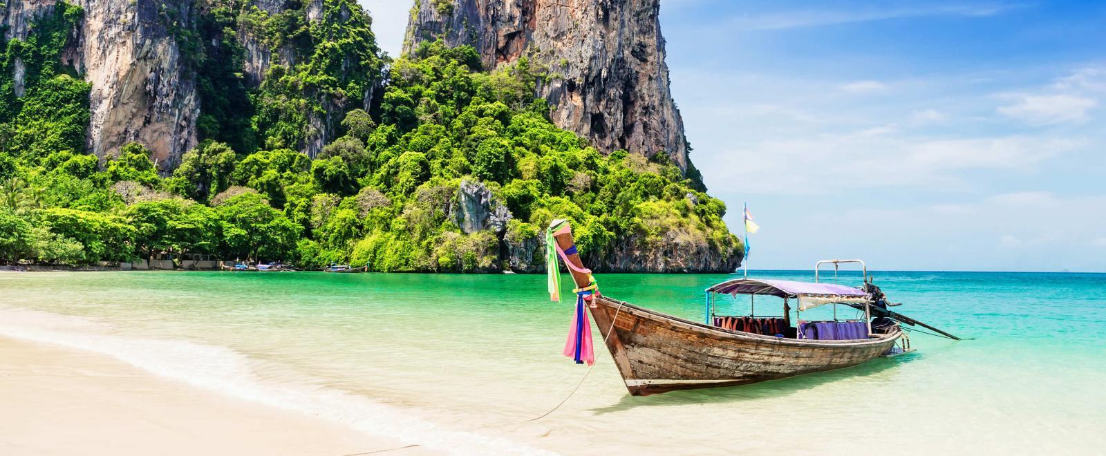 Pendant le Circuit Découverte en Thaîlande, vous visiterez les plus belles plages en bateau.